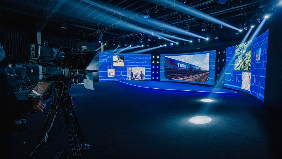The curved LED wall of Maxi Audio's MAXI ARENA studio